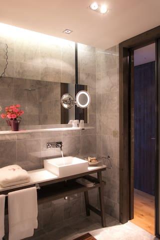 salle de bain très spacieuse et accès hammam en illimité