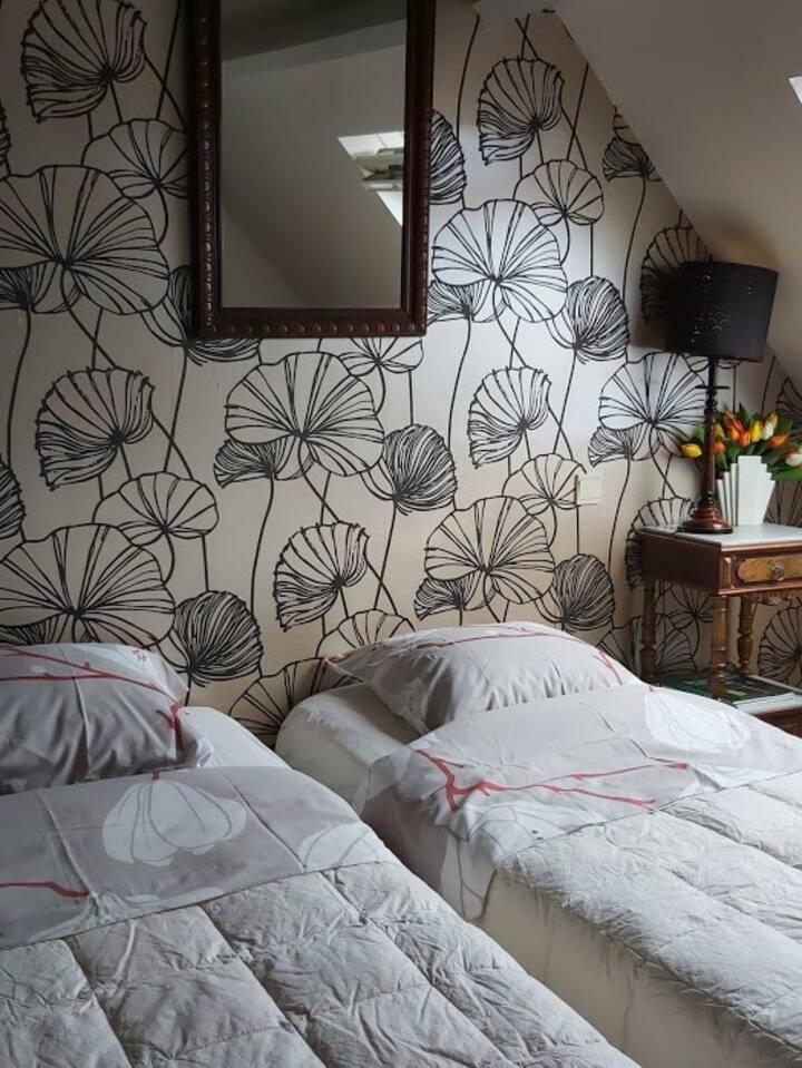 Rustige kamer met zicht op binnenkoer