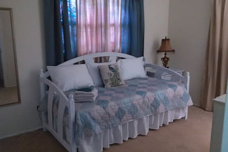 Comfy Lodging in Pinellas Park Room #2 - 獨棟