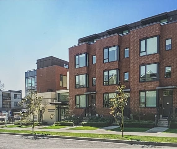 Live the life! Bright spacious condo with a view