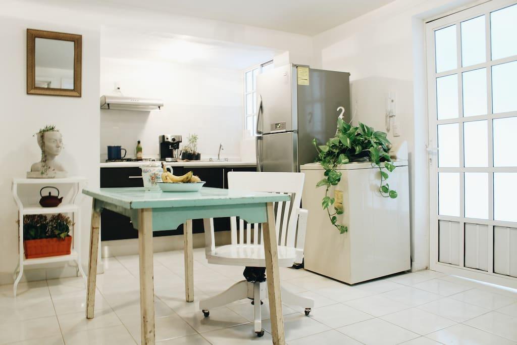 The little kitchen is available for guests. La cocina está disponible para los huéspedes