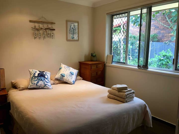 Private room 3mins walk to the creek. KINGSCLIFF
