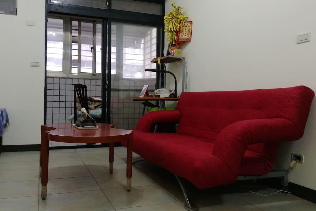坐在沙發ㄧ起談天說地,拉開就是沙發床,結伴旅行住也要舒服