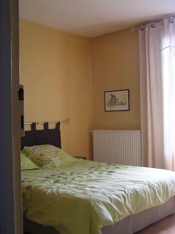 chambre privée dans maisonnette près du centre