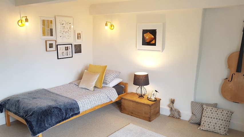 Comfortable single room near central Bath