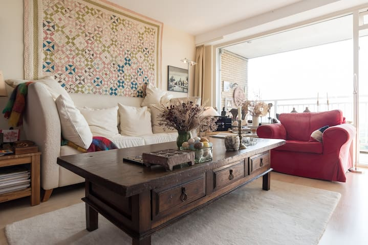 Charming Penthouse with artworks, books & balcony