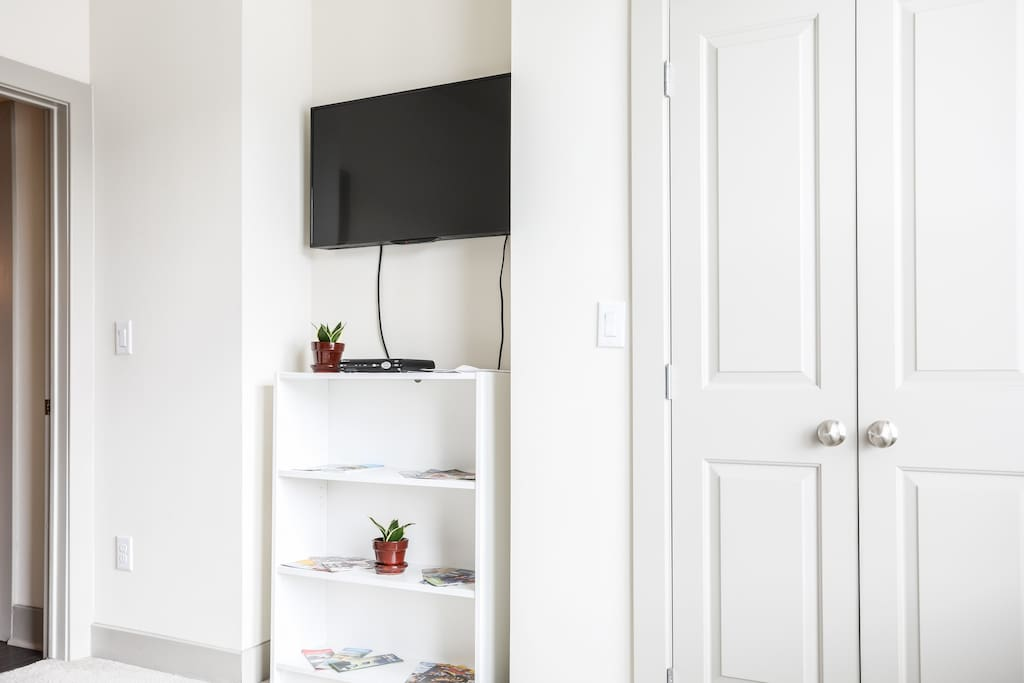 Smart TV in bedroom with free access to cable and WiFi. Use of walk-in closet.