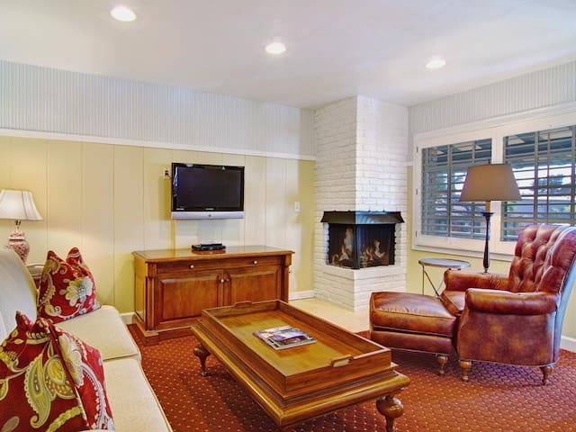 Deluxe Suite with full kitchen in Carmel village