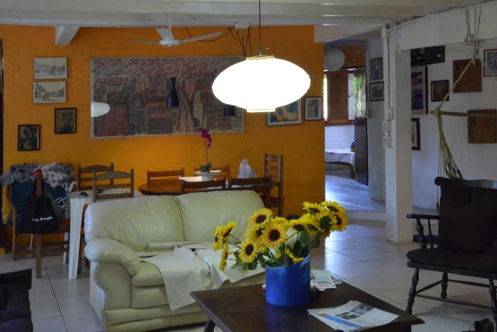Ampla sala de estar com espaço de refeições ao fundo