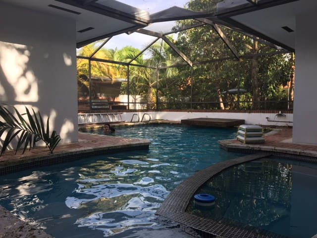 Centrally located resort style Miami home! - Miami Springs - Huis