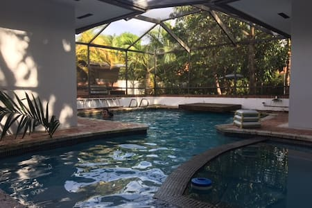 Centrally located resort style Miami home! - Miami Springs - 獨棟