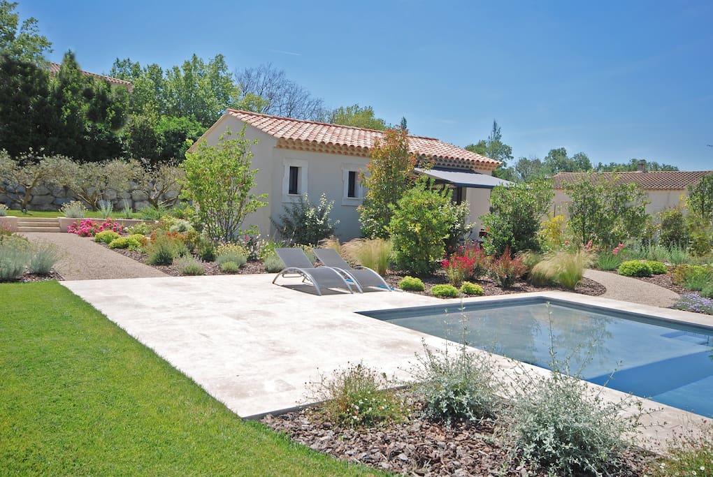 Pavillon st r my sur un air de provence guest houses for Entretien jardin st remy de provence