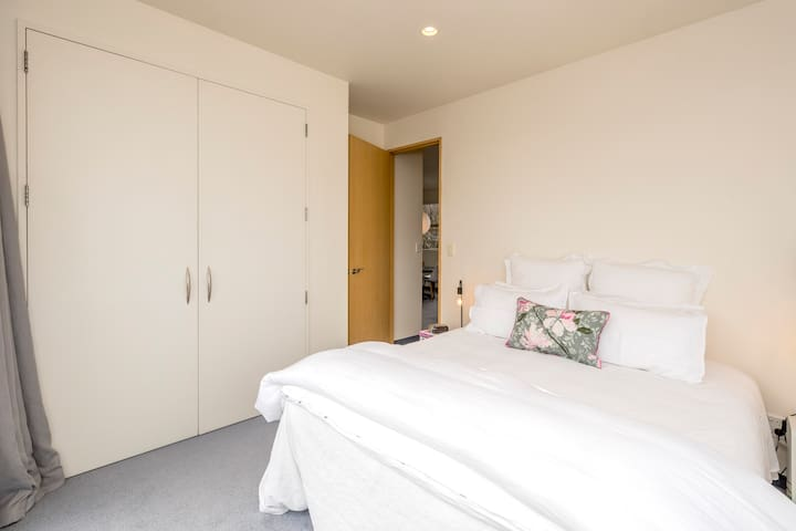 Stunning comfy King sized bed with beautiful white linen which is freshly ironed and electric blankets for warmth.  A double sized wardrobe is also in the room