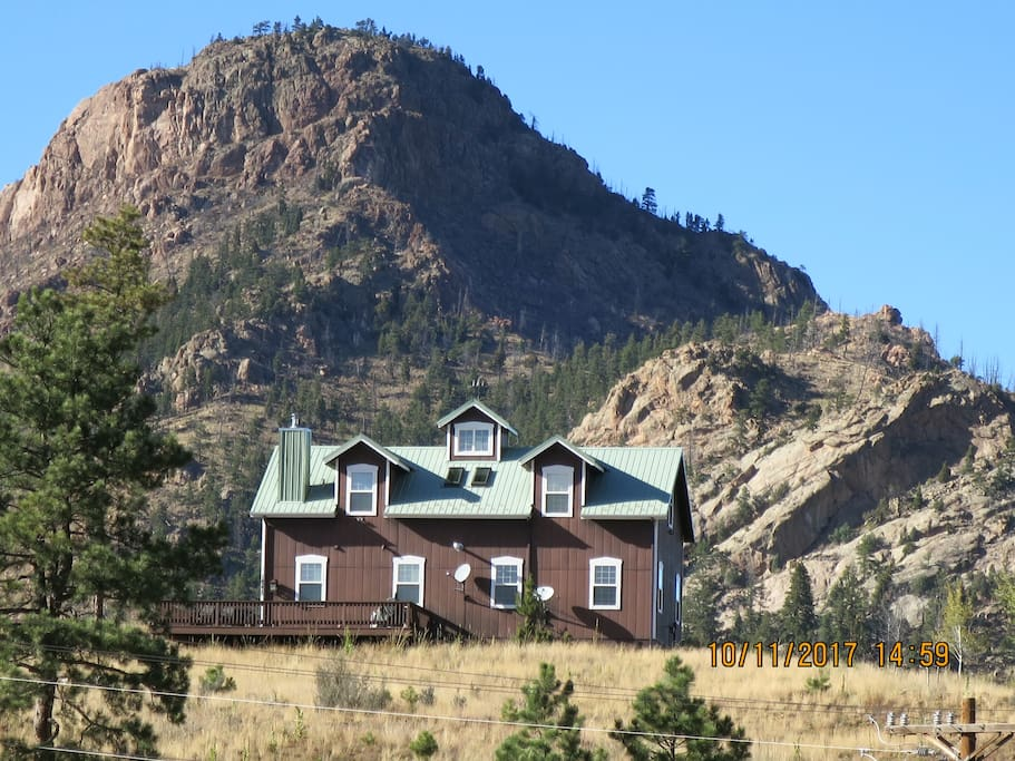 THE HOUSE IS SITTING ON A HILL AND OFFERS A BEAUTIFUL VIEW OF PIKES PEAK
