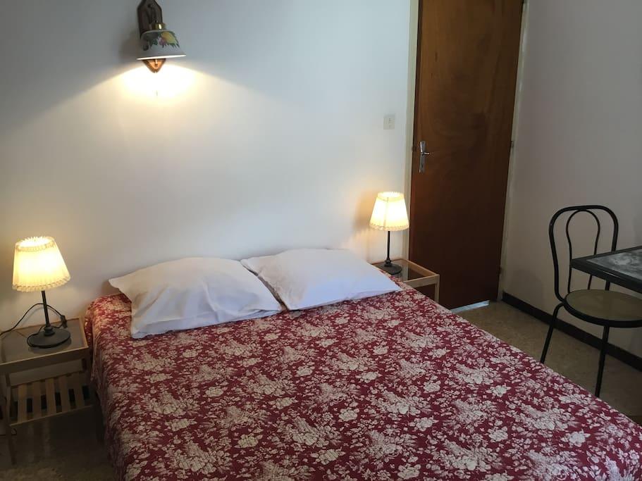 chambre avec lit en 140 cm