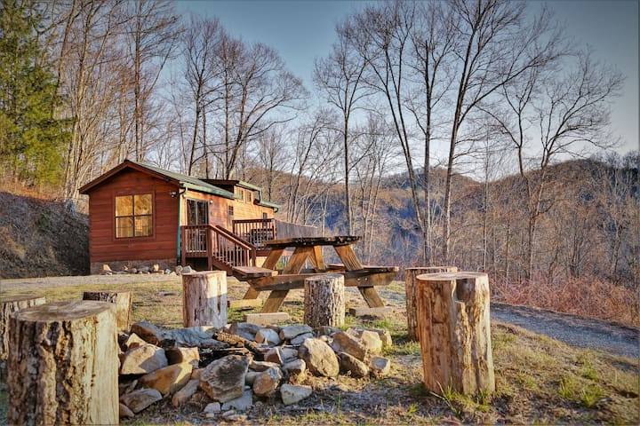 Smawlie: A Secluded Mountain View Adventure Cabin