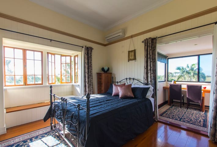 Qldr Seabreeze Sojourn Ebony Room - Innes Park - Bed & Breakfast