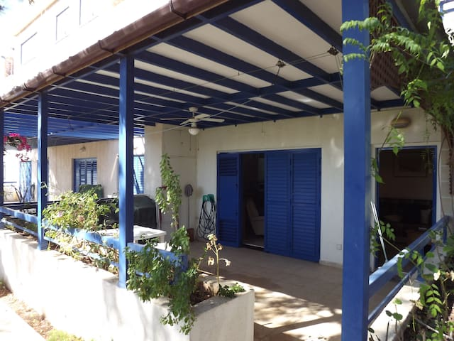 Cozy 1-bdr groundfloor with terrace. WiFi. - Paphos - Lejlighed