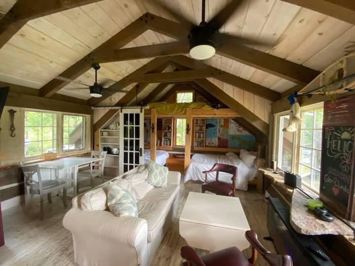 Riverloft Log Cabin: Muskoka Spring Retreat