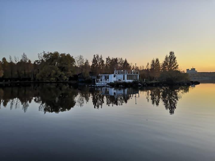 Плавучий дом моряка на озере Шарташ