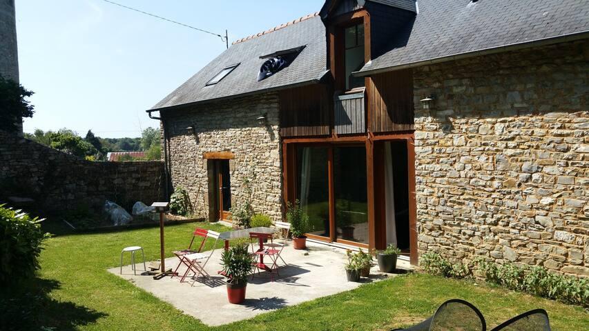 Maison en pierres atypique prochedu Mont St Michel