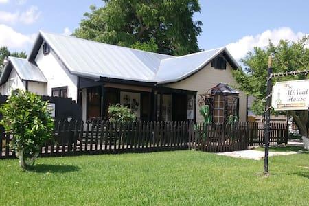 """Dawn Rose Cottage"", unique find 1-1 duplex apt"