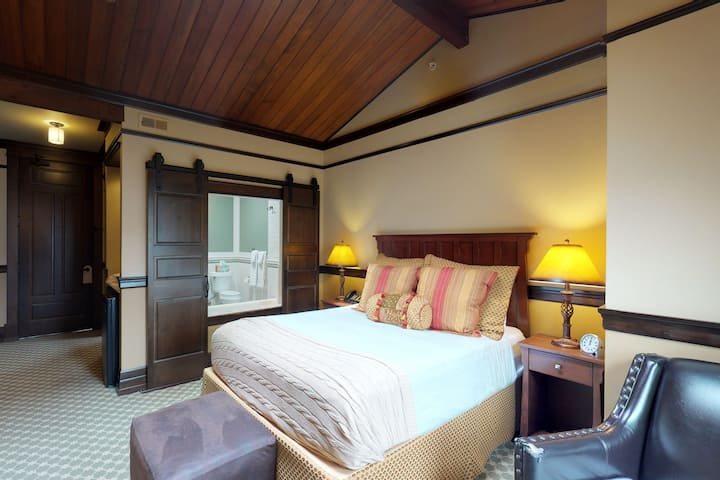 Romantic queen suite w/ spa tub, fireplace & on site restaurant/lounge!