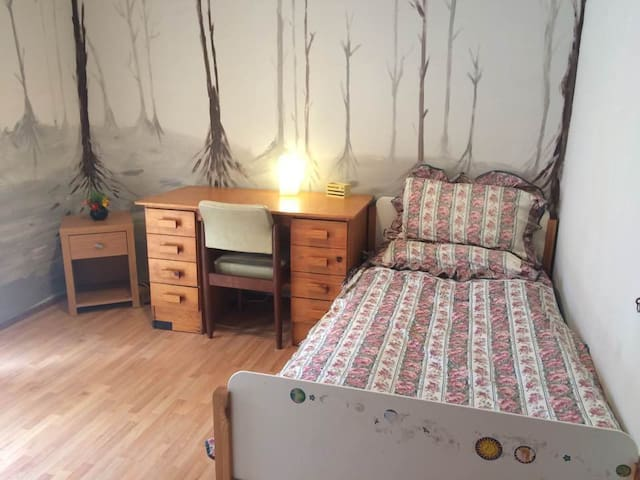 A good size room (br2), leafy, walk to train