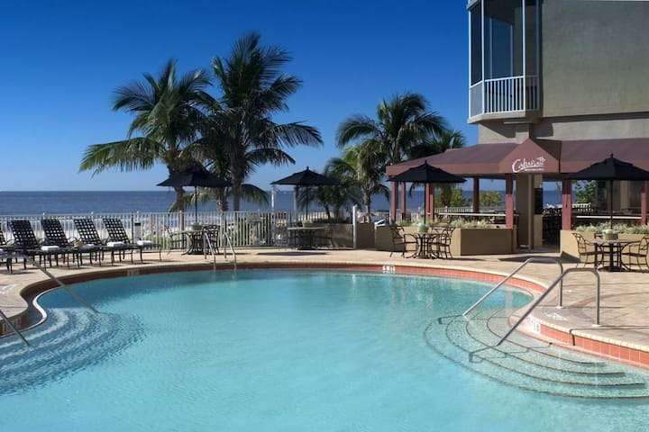 Stay on the Beach! Lovely Gulf View 1BR Suite!