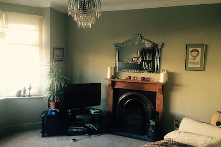 Nice quite double room, 2.5 miles from the beach - Bournemouth - 独立屋