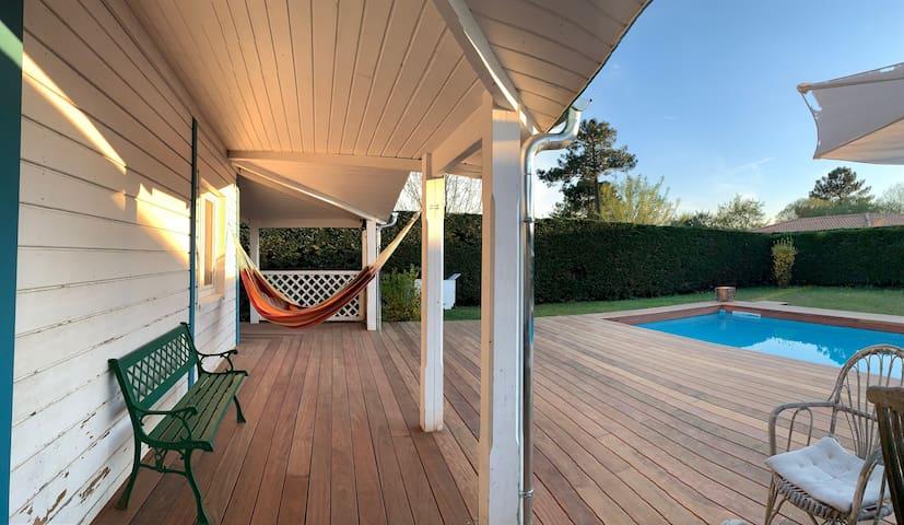 Maison en bois chaleureuse avec piscine