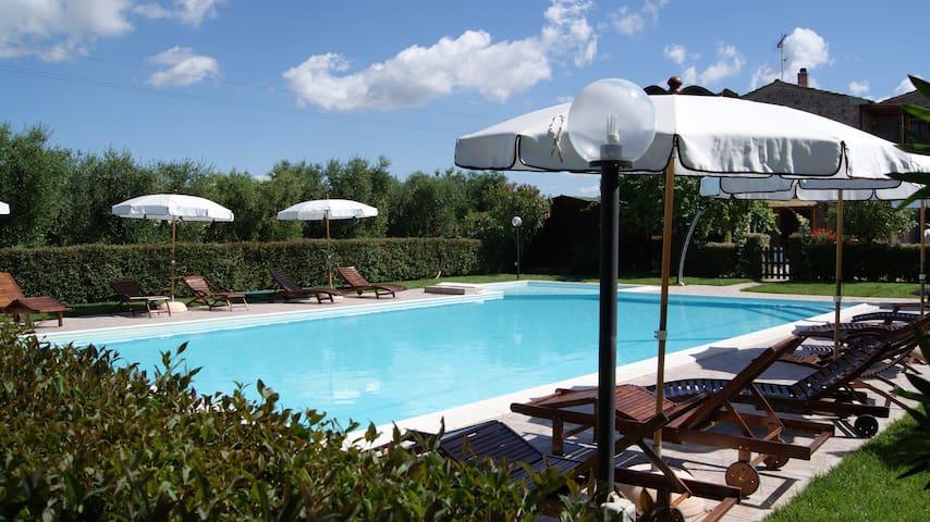 Trilocale con terrazza pranzabile vista piscina