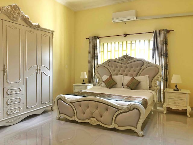 Luxury Room in Mansion, close to town center.