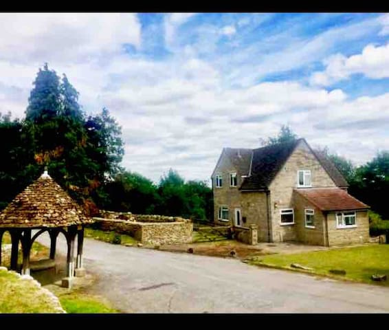 Beautiful 4 bedroom country house mins from Bath