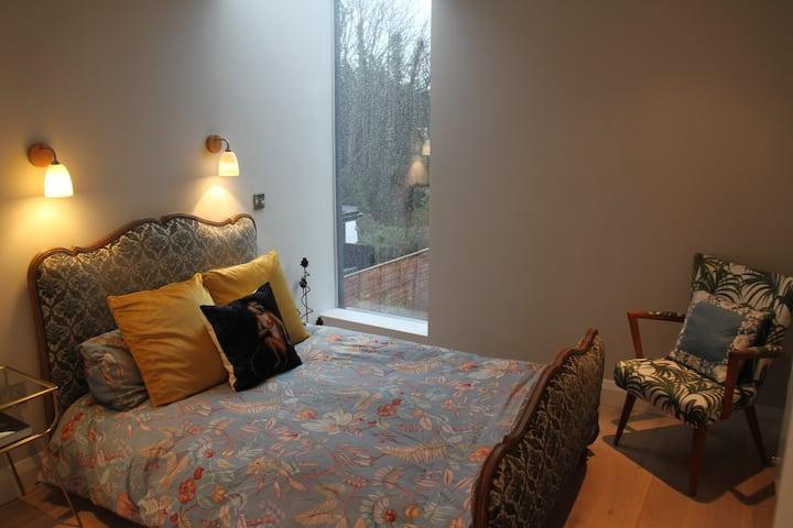Double Bedroom & private bathroom in designer home