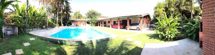 Casa térrea com piscina a 150 metros da Praia
