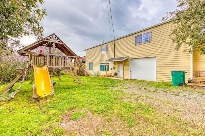Dog-friendly lake view home w/ deck & grill - walk to the beach!