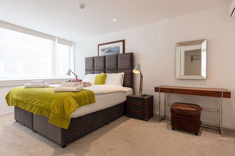 Master bedroom, king size bed, en suite
