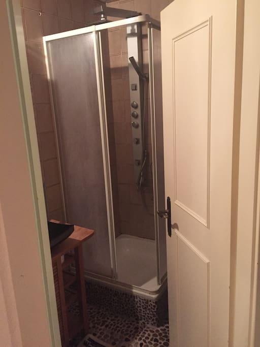 Douche avec WC séparés de la chambre