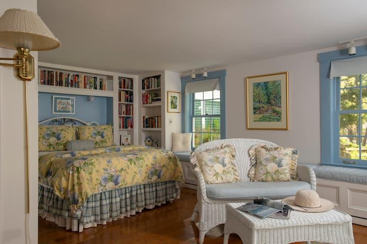 Elegant B&B - Queen Bed - Breakfast-Carriage House