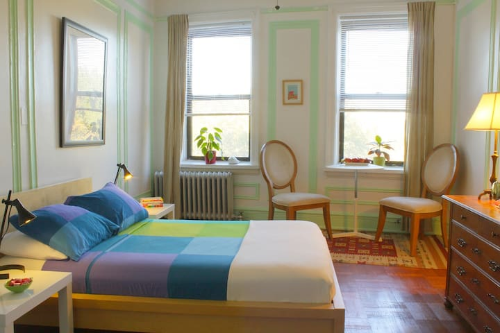 Bright, spacious room with breakfast in New York