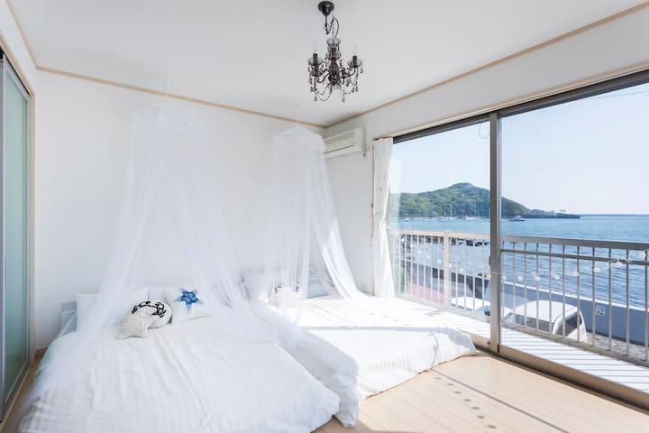 主寝室からは海が一望できます。 主寝室には通常ダブルベッドが2台、5名様以上でエクストラベッドを最大2台設置いたします。