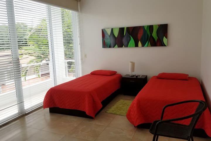 Cuarto 2 segundo piso 2 camas sencillas y baño privado