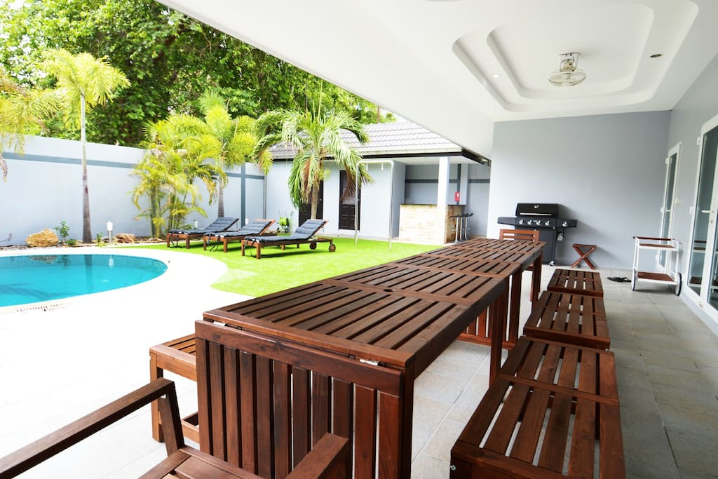 Huge BBQ, swimming pool, garden area and Picnic table for groups