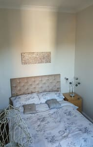 Clean modern double furnished room - York