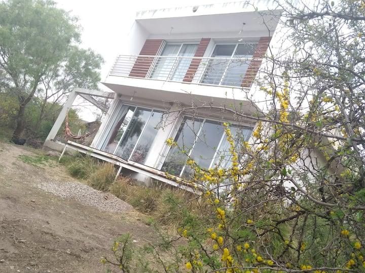 Casa bonita con flores y pájaros