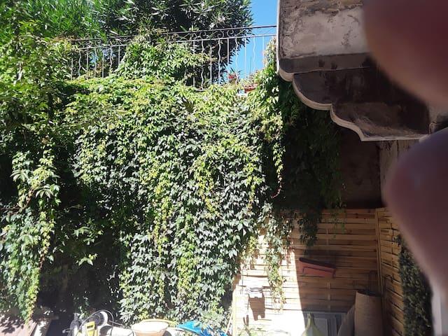 Appartement donnant sur un patio de verdure