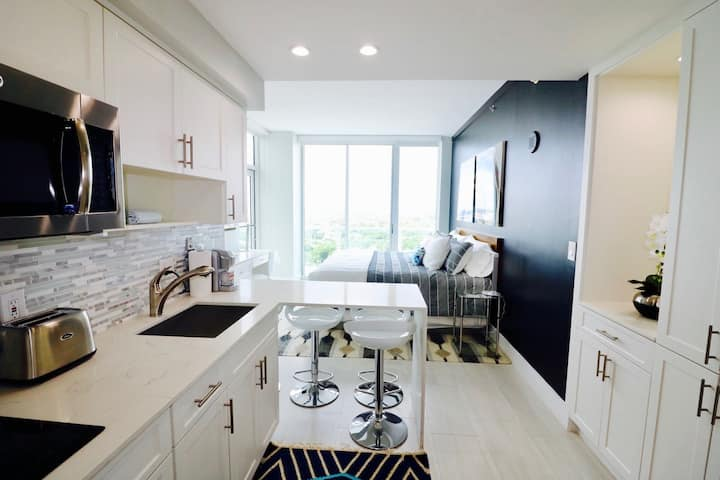 Accepting Reservations: 21st Floor Studio in Coconut Grove-Parking Included