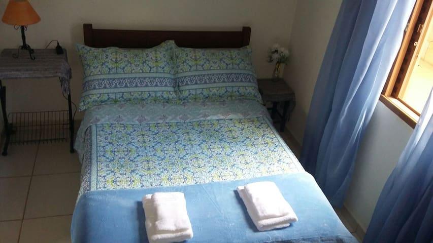 Quarto #1. Arejado e com farta luz natural, acomoda até 2 hóspedes em simples mas confortável cama de casal.