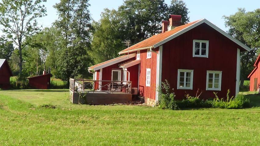 Nyrenoverad stuga i gammaldags stil - Hylte V